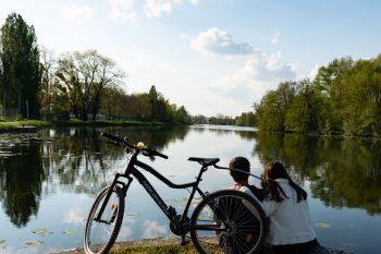 Paysage de l'Yonne avec un couple et un velo regardant le canal.