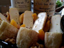 Plateau de fromages et bouteilles de vin du Clos du Roi